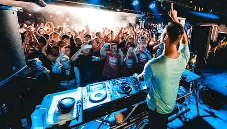 how to read the crowd as a dj clubs