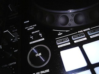 how to use the cue button and hot cues dj's