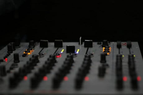how to use a dj mixer beginners guide